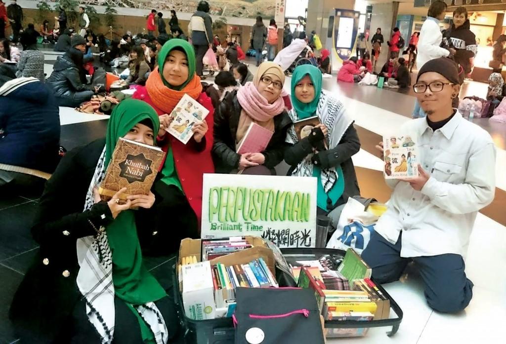 設立地板圖書館,將書籍帶到東南亞朋友眼前。(張正提供)