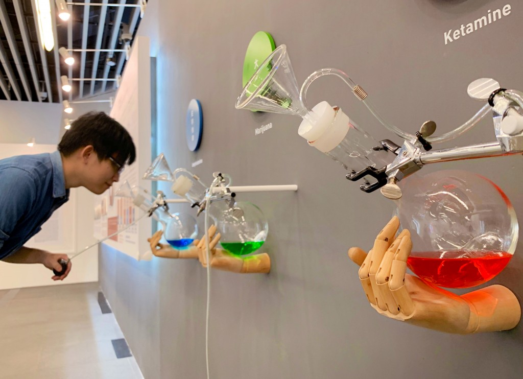 現場設有仿真毒品氣味體驗裝置,讓民眾透過嗅覺認識毒品。