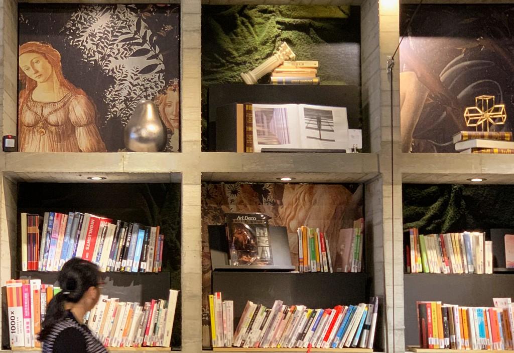 書牆上藏有波提切利的畫作〈春〉。