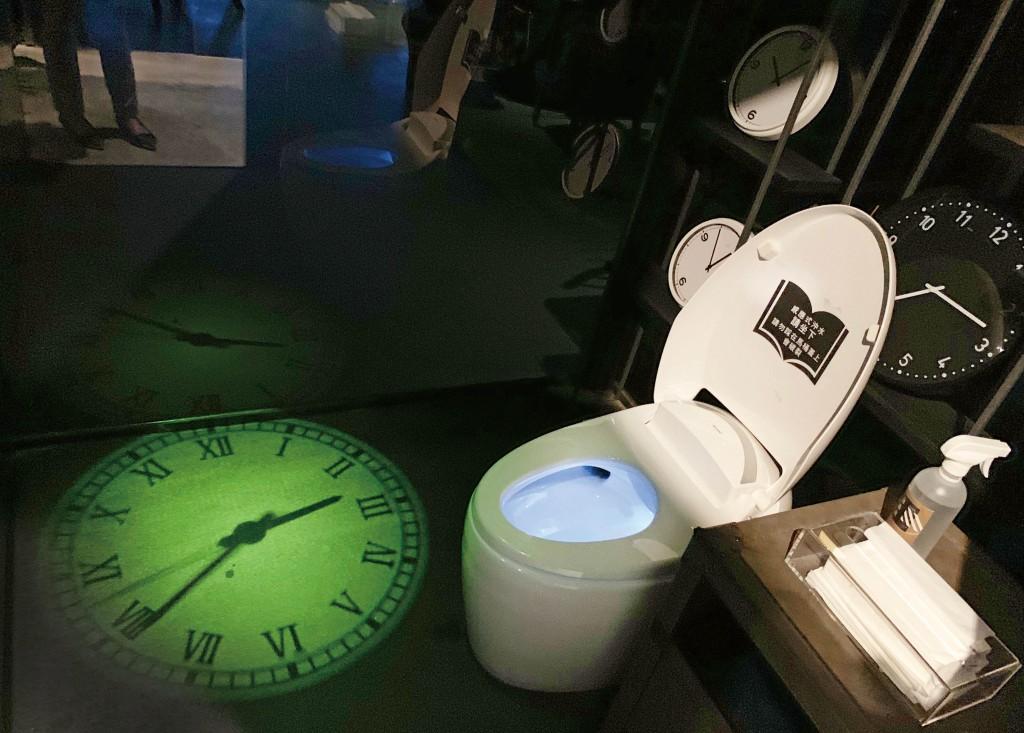 以「時間」為主題的闃黑洗手間。