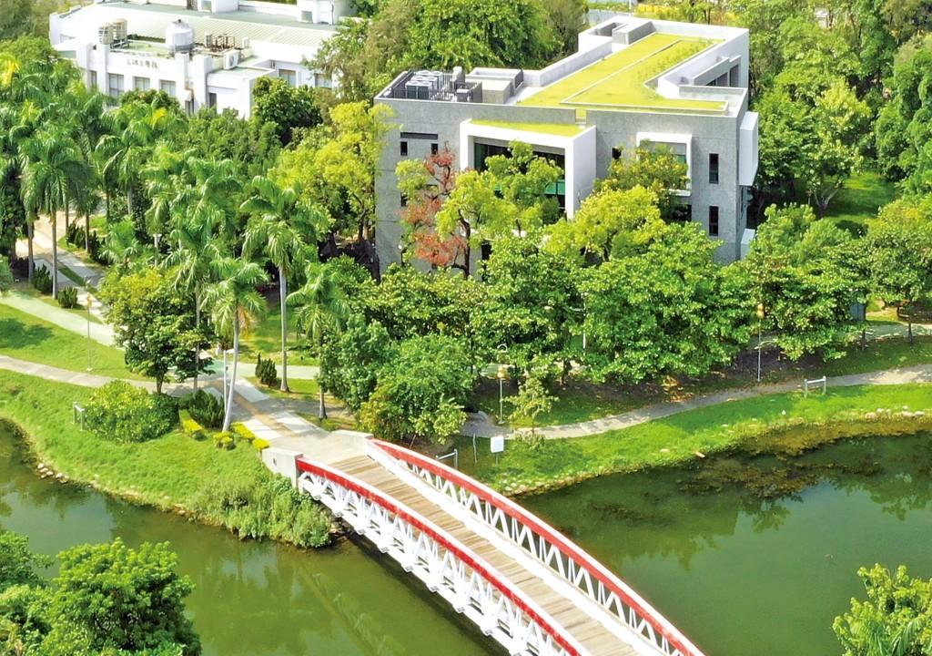 高雄李科永圖書館坐落於中央公園內。(陳志靖建築師事務所提供)