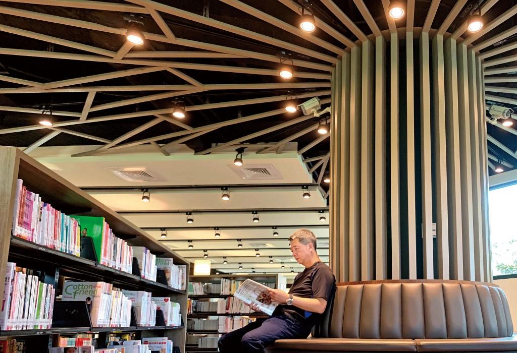 高雄李科永圖書館打造樹木枝枒延伸的情景。