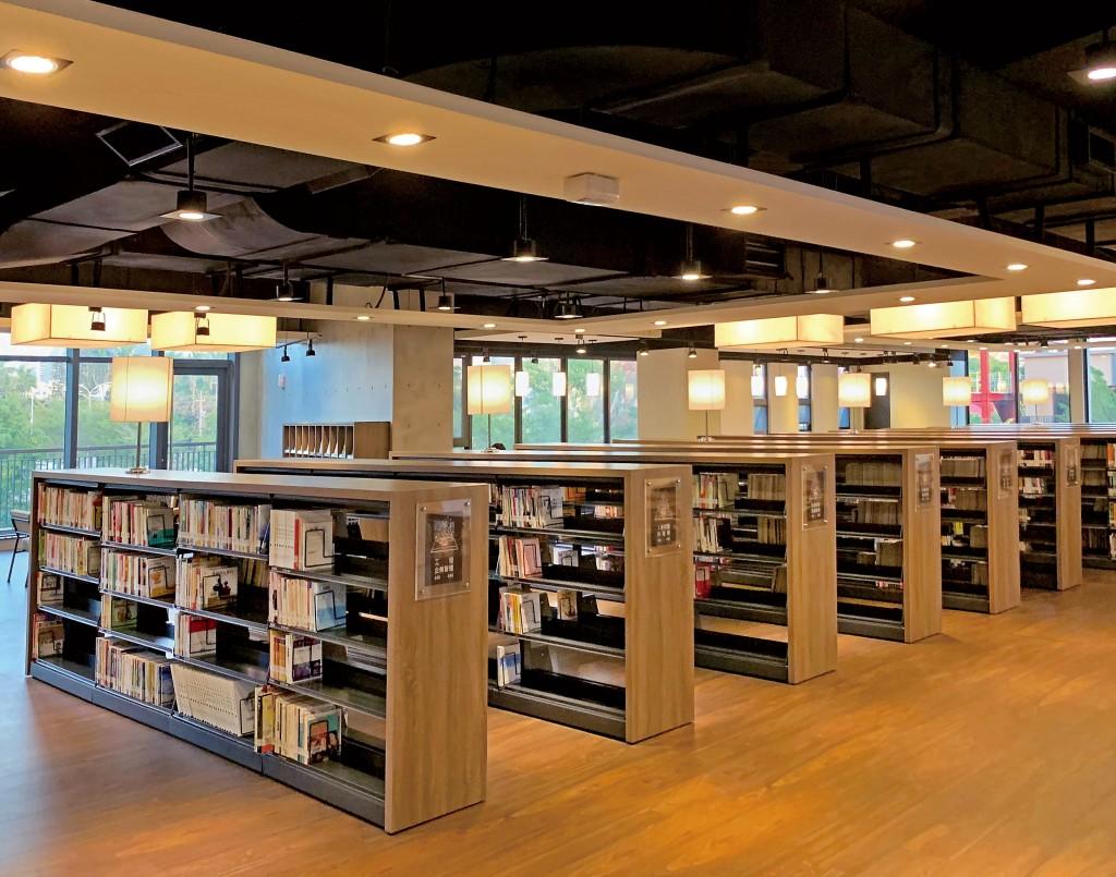 台中李科永圖書館的燈光散發出暖意的溫度。