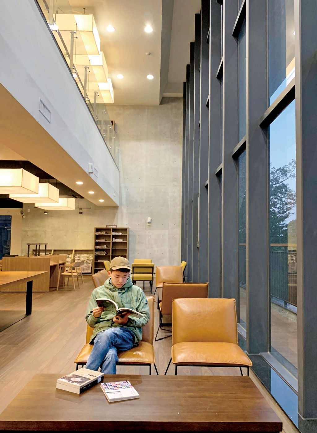 台中李科永圖書館運用挑空方式,讓視覺空間延伸。