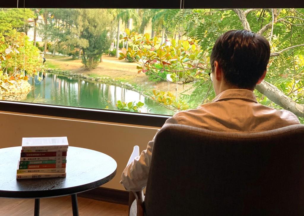 坐在高雄李科永圖書館二樓沙發上,可看到湖光綠樹>
