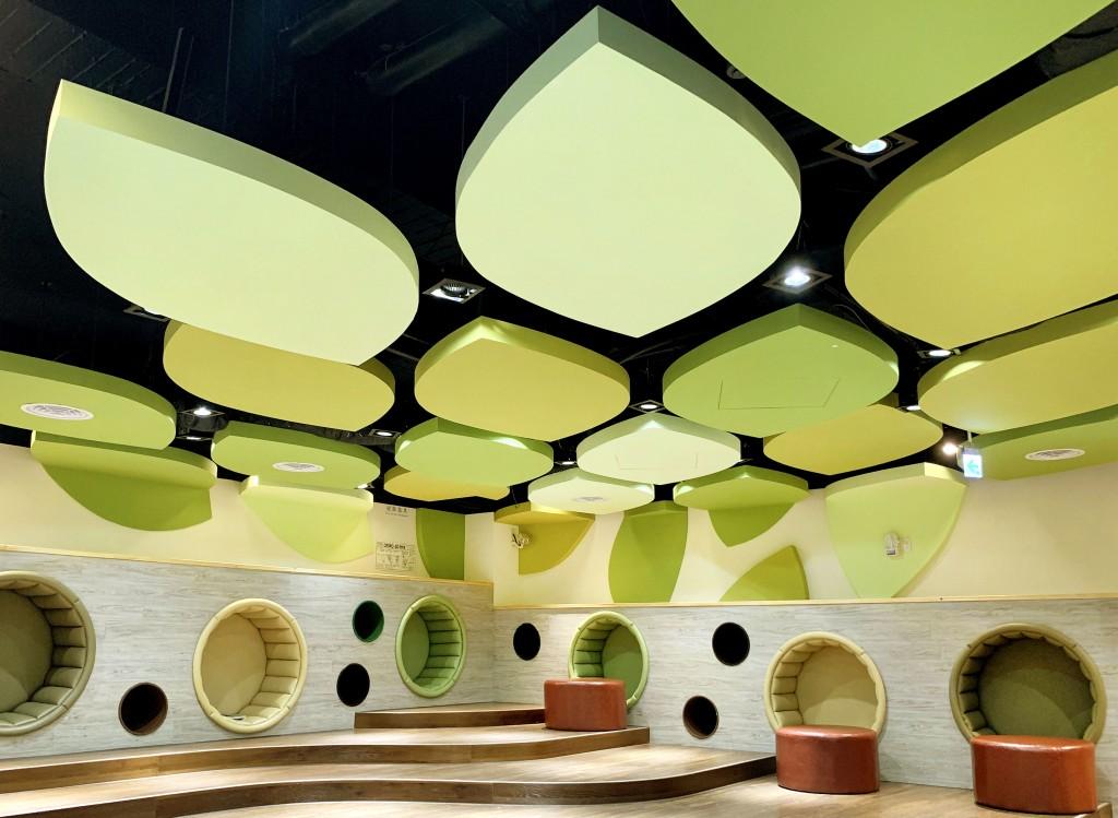高雄李科永圖書館兒童閱覽區天花板以樹葉為元素,打造繽紛活潑的空間。