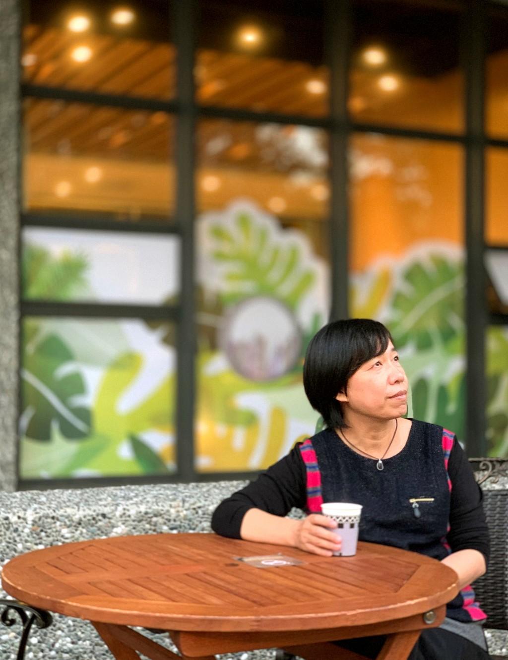 台中李科永圖書館戶外設有咖啡販賣機,可在綠意環繞下品嘗咖啡香氣。