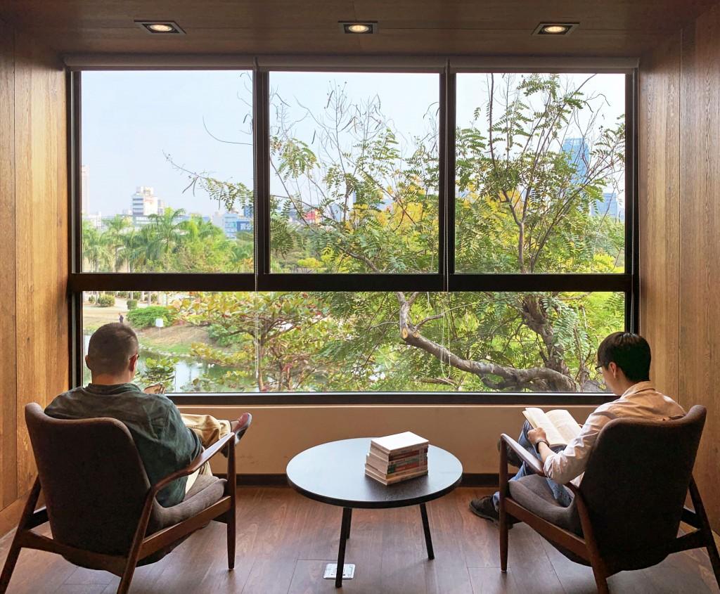 高雄李科永圖書館透過窗景引入公園綠意。