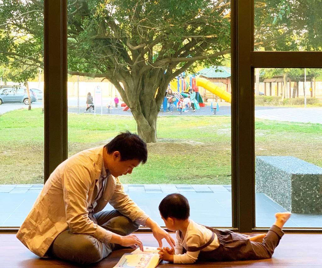 台中李科永圖書館緊鄰公園綠地與大型遊具。