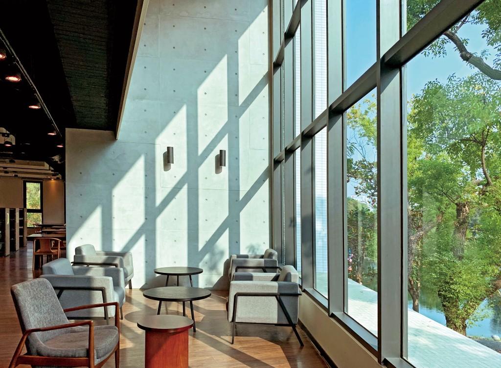 高雄市立圖書館李科永紀念圖書館室內挑空設計。