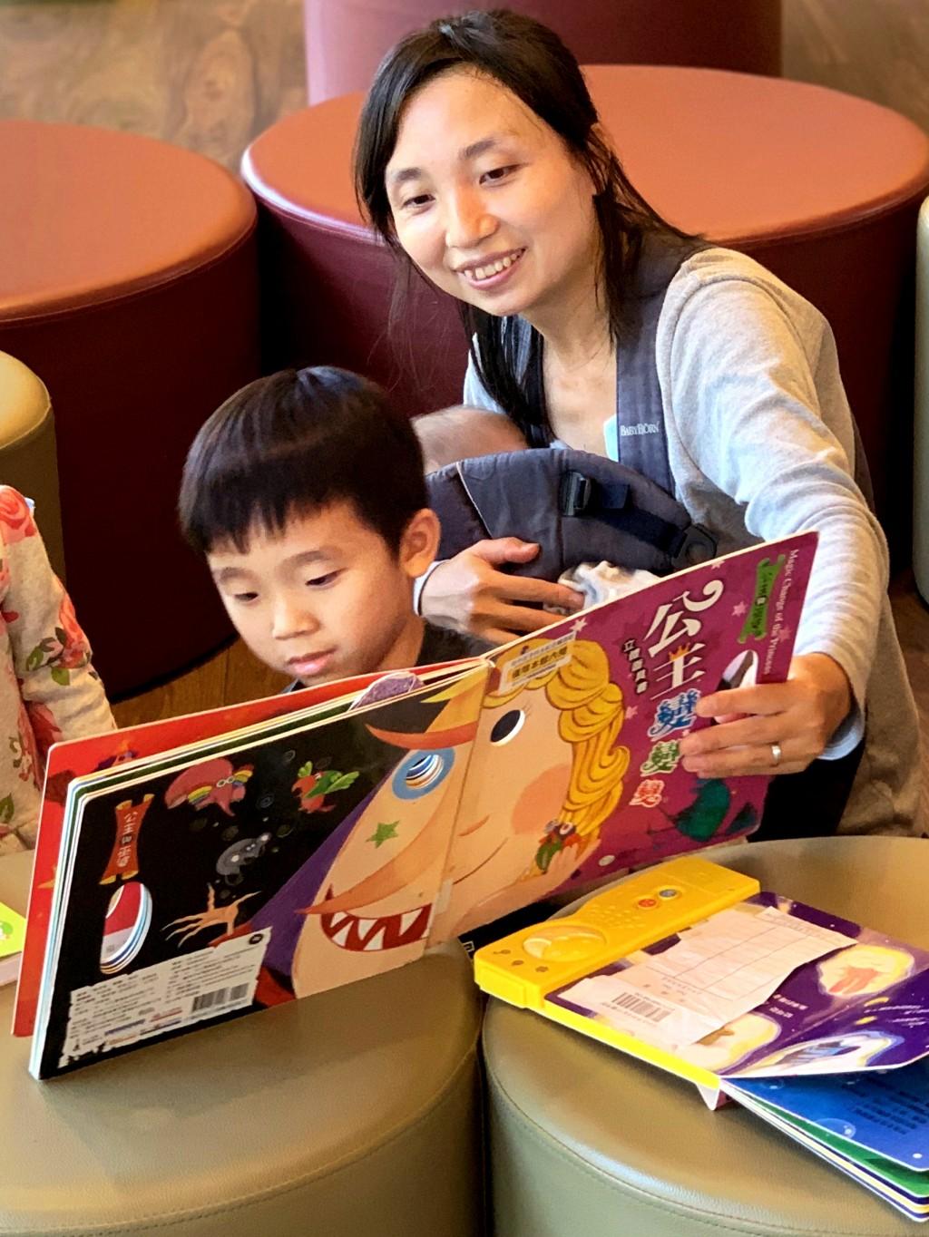 在台中李科永圖書館享受親子閱讀時光。