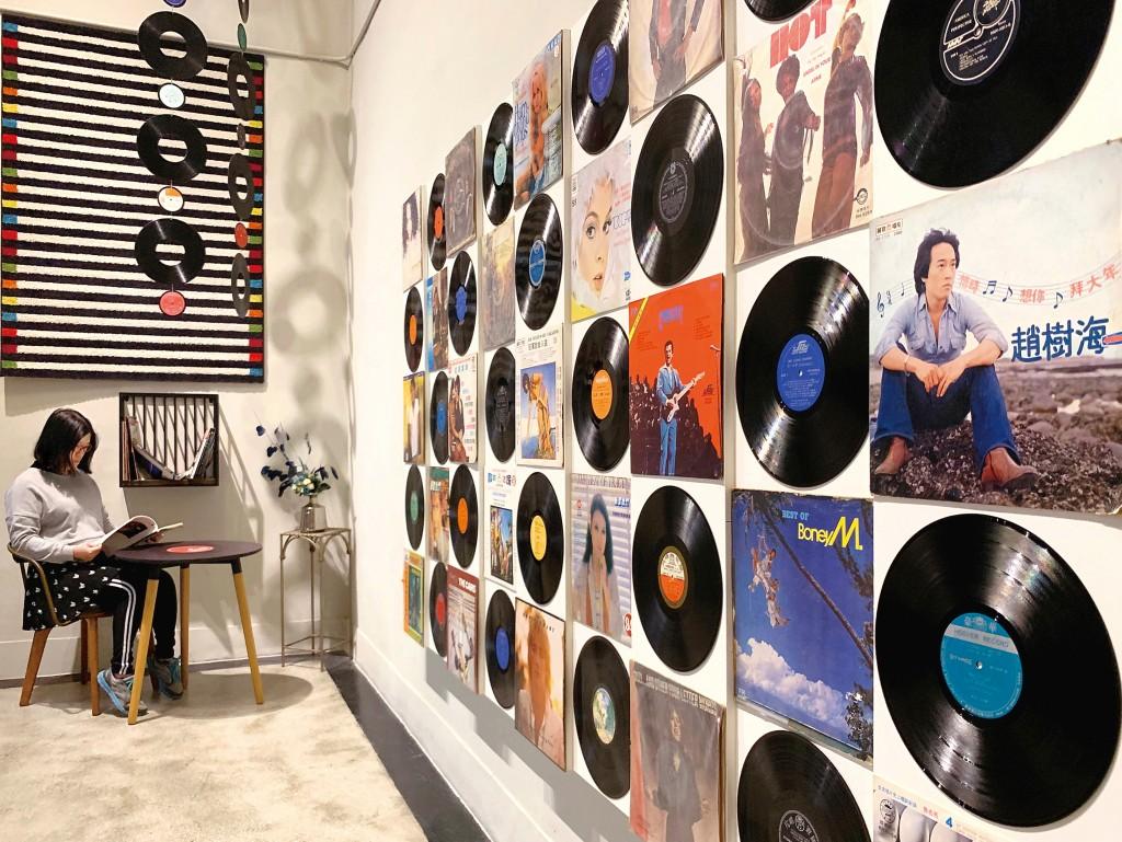 台南許石音樂圖書館在空間中融入黑膠元素。