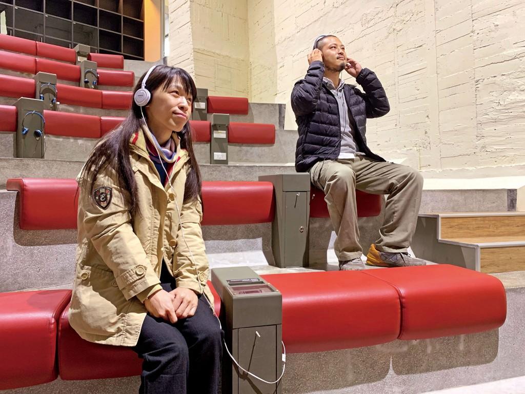 可在台南許石音樂圖書館階梯式音樂欣賞區聆聽各類音樂。