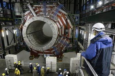人類史上最重大的科學計劃「大強子對撞機」(Large Hadron Collider,LHC)今天將在台灣時間下午三時,於法國與瑞士邊界地...