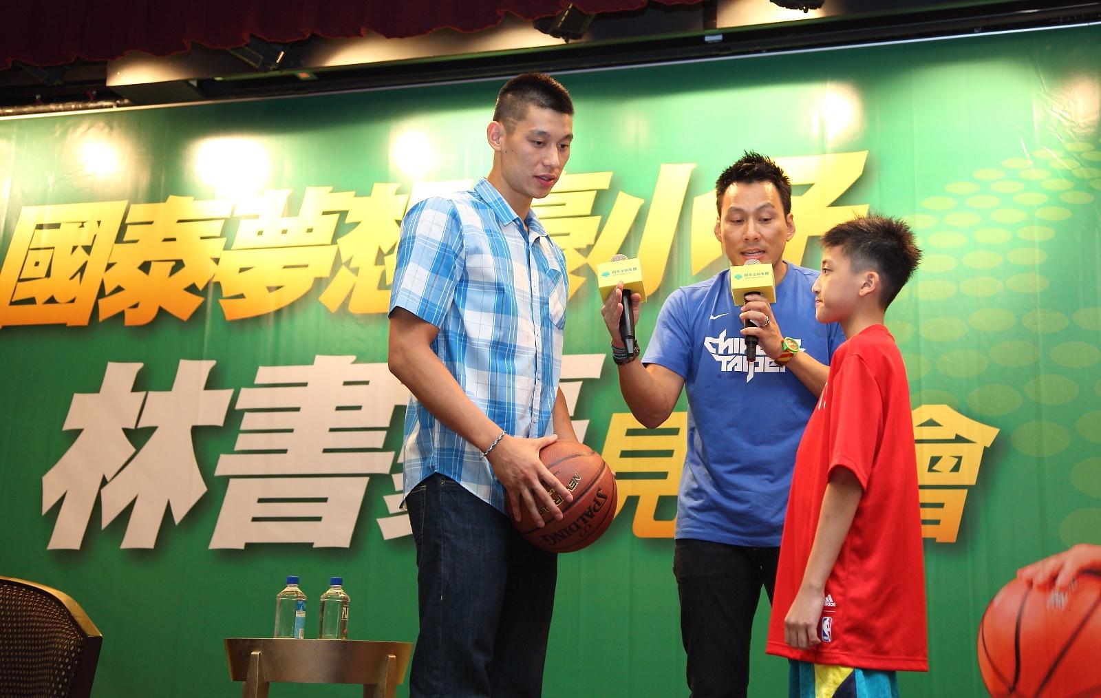林書豪現場巧遇去年參與訓練營小球員 傳授帶球過人的絕技!