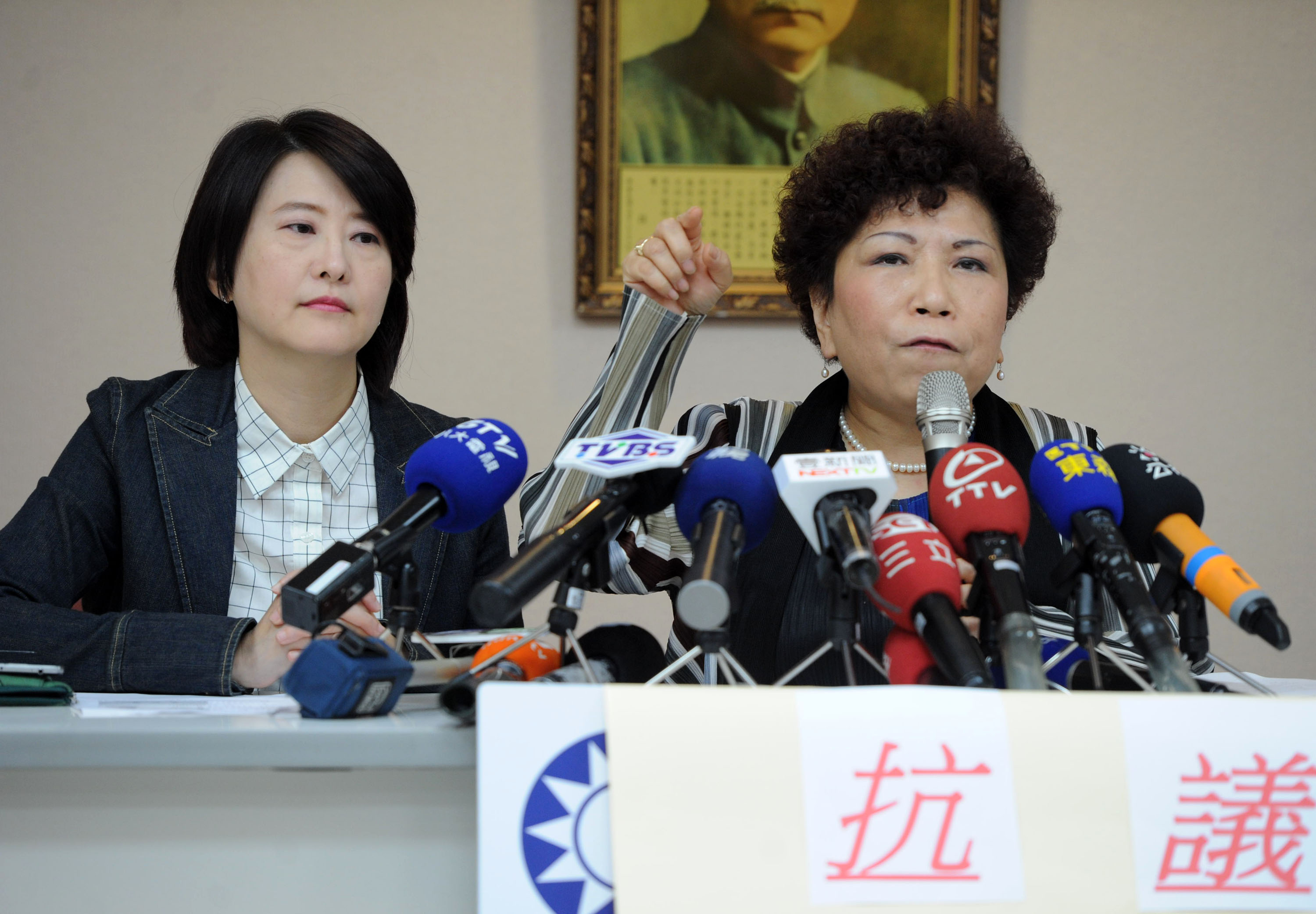 Biggest danger to Taipei is mayor's restless tongue: critic