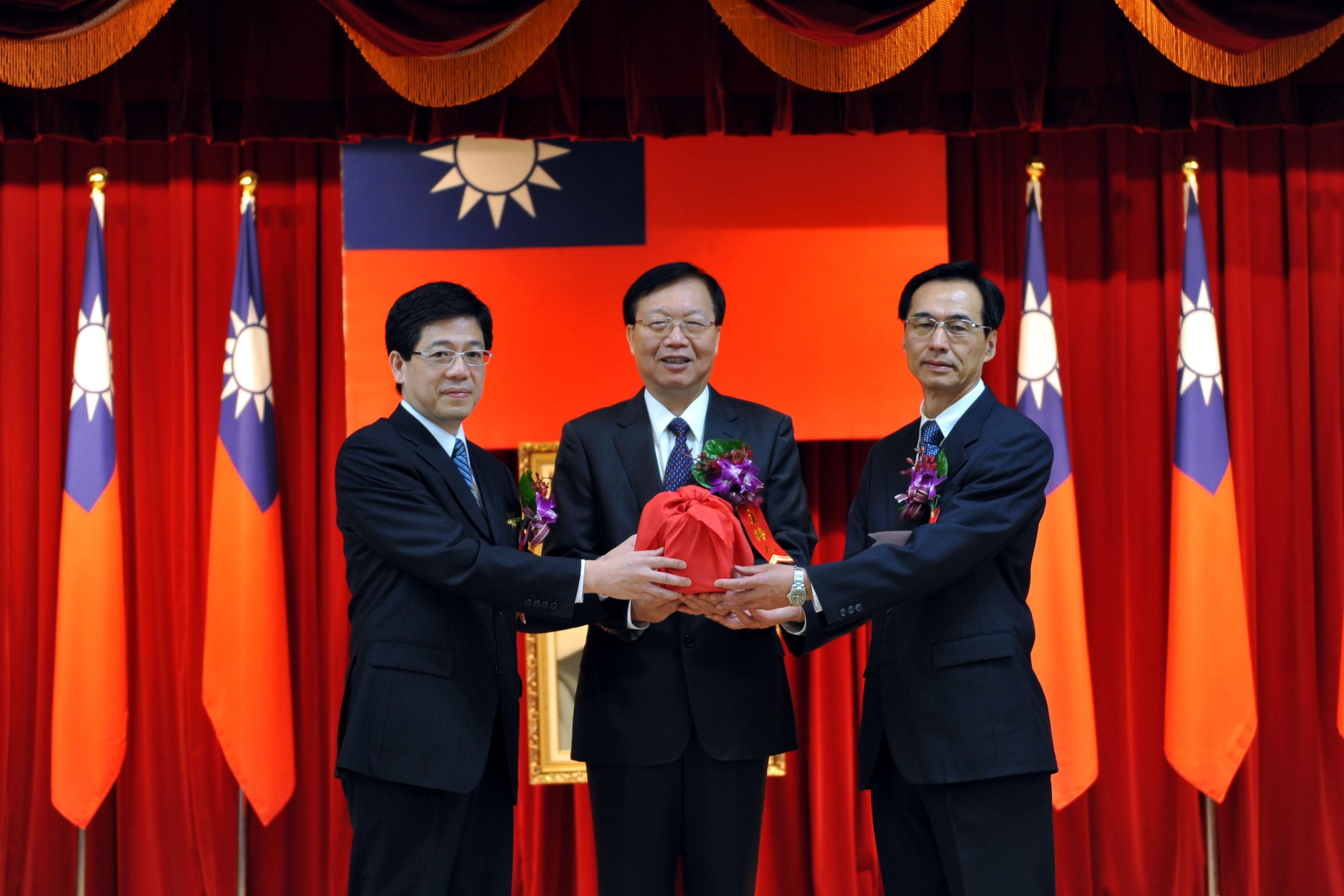 新舊任移民署署長今天舉行交接,內政部長陳威仁肯定前署長謝立功在跨國合作和輔導移民政策上的建樹。