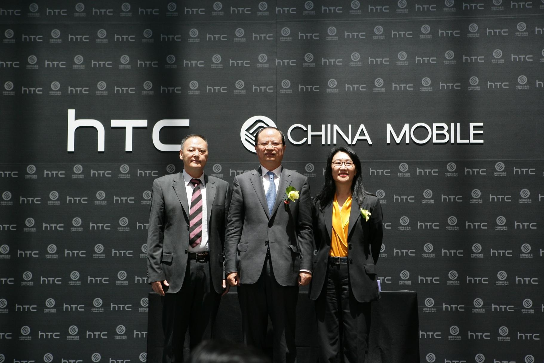 中國移動董事長王建宙(中)、HTC董事長王雪紅(右)以及HTC執行長暨總經理周永明(左)祝本次「TD-SCDMA終端合作備忘錄」合作成功。
