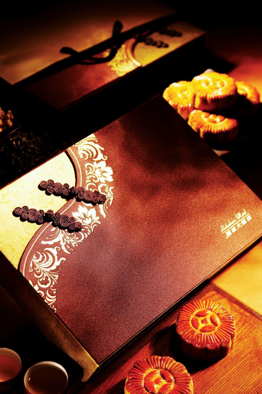 新竹煙波大飯店25日起推出「煙波茗月禮盒」,禮盒採中國旗袍設計概念,深咖啡盒身搭配金色緞布,綴以燙金圖紋及繡釦,低調奢華,氣質高雅。