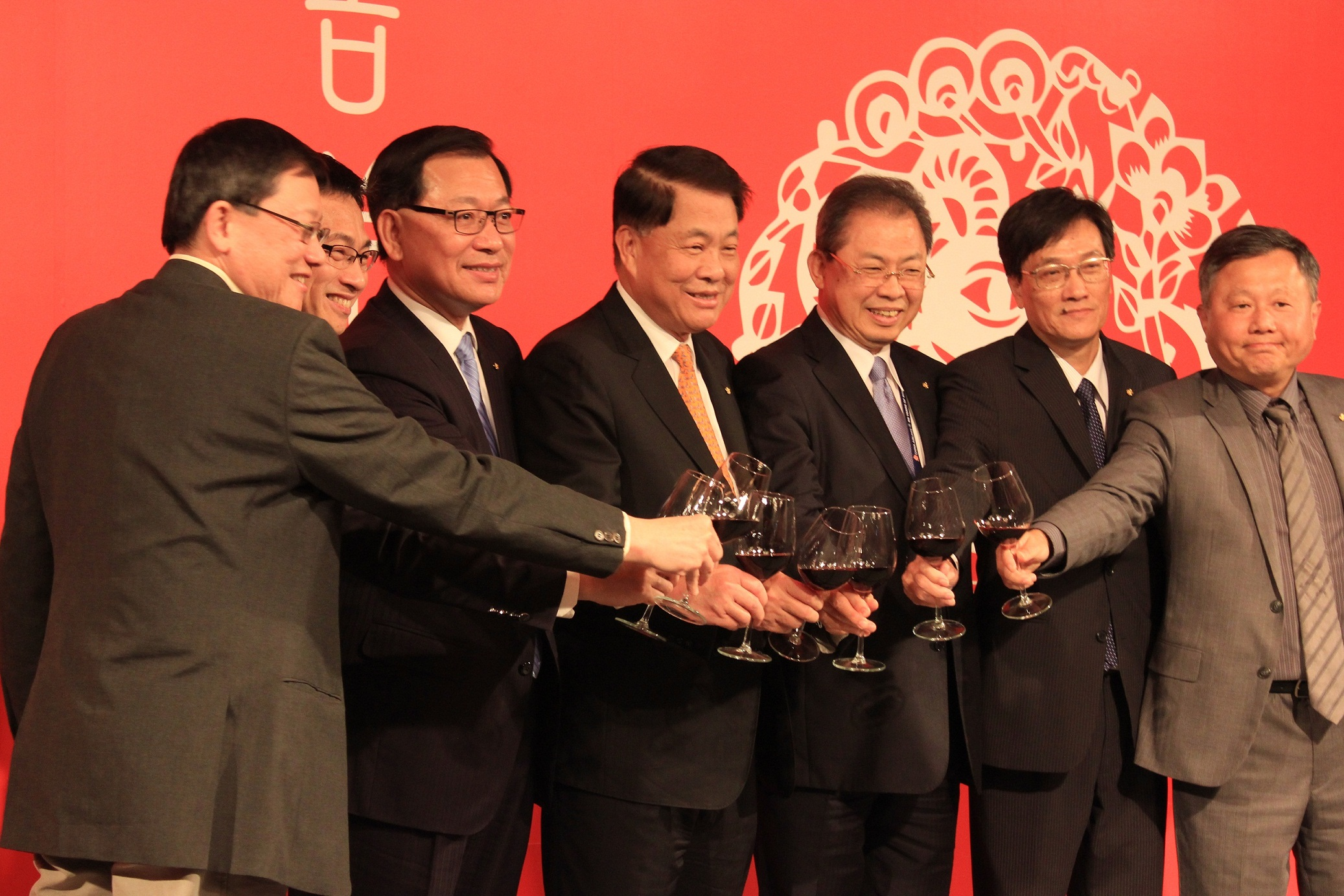 The photo shows China Airlines' Chairman Sun Hung-hsiang (center).(Taiwan News)