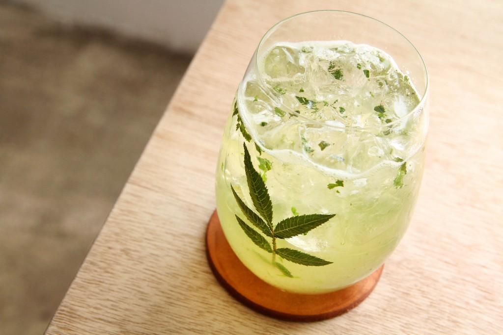以新鮮萬壽菊調製成的飲品,帶有百香果的自然香味,適合在炎熱的季節來上一杯。