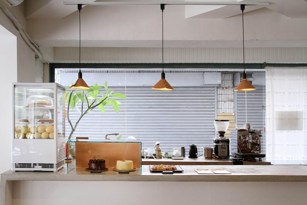 櫃台幾款簡單無華的甜點與新鮮水果;呈現出店家樸實的經營理念與態度。