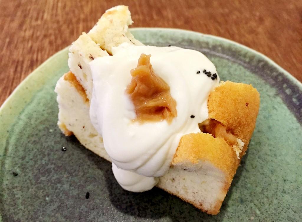 羊焦糖戚風是將羊奶與糖熬製成濃稠的羊焦糖,配以戚風蛋糕體與現刨肉桂,淋上滑順的鮮奶油,味道彼此相輔相成。