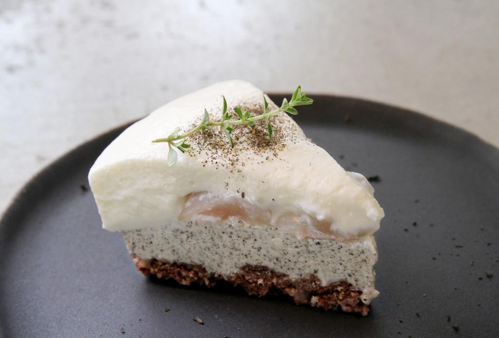 鐵觀音生乳酪以自製可可餅乾為基底,加入蜜漬荔枝汁與鐵觀音茶,配以生乳酪,味道清爽沒負擔。