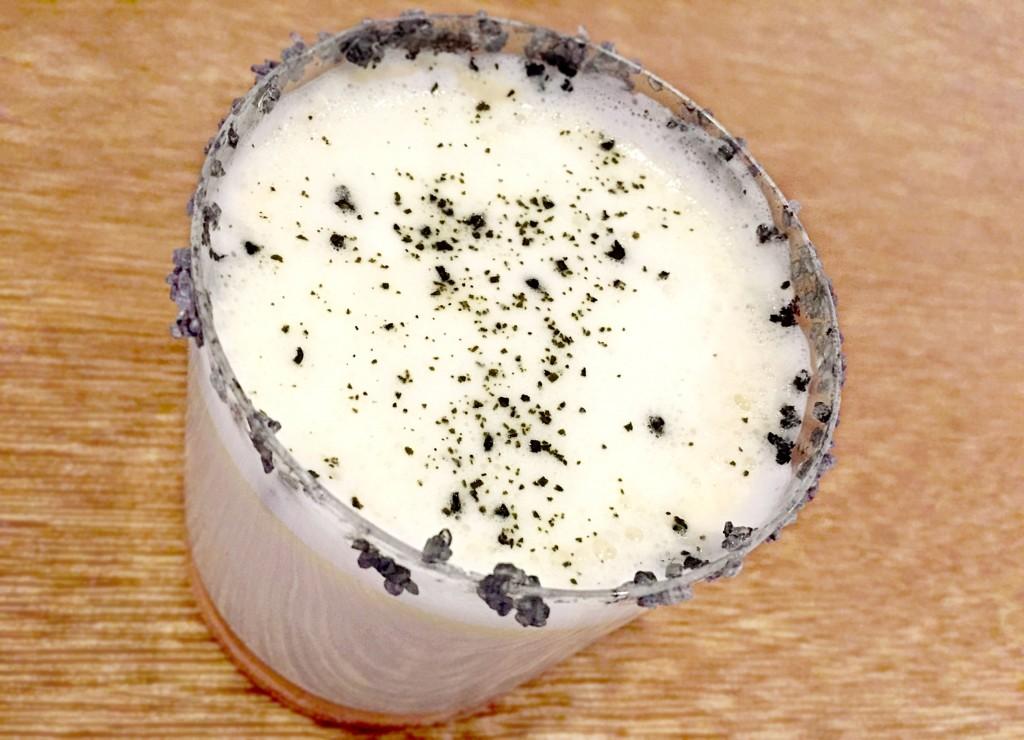 黑塩奶霜烏龍茶將重焙過的高山茶混合牛奶和鮮奶油,在杯口抹上夏威夷黑塩,帶出淡雅的層次口感。
