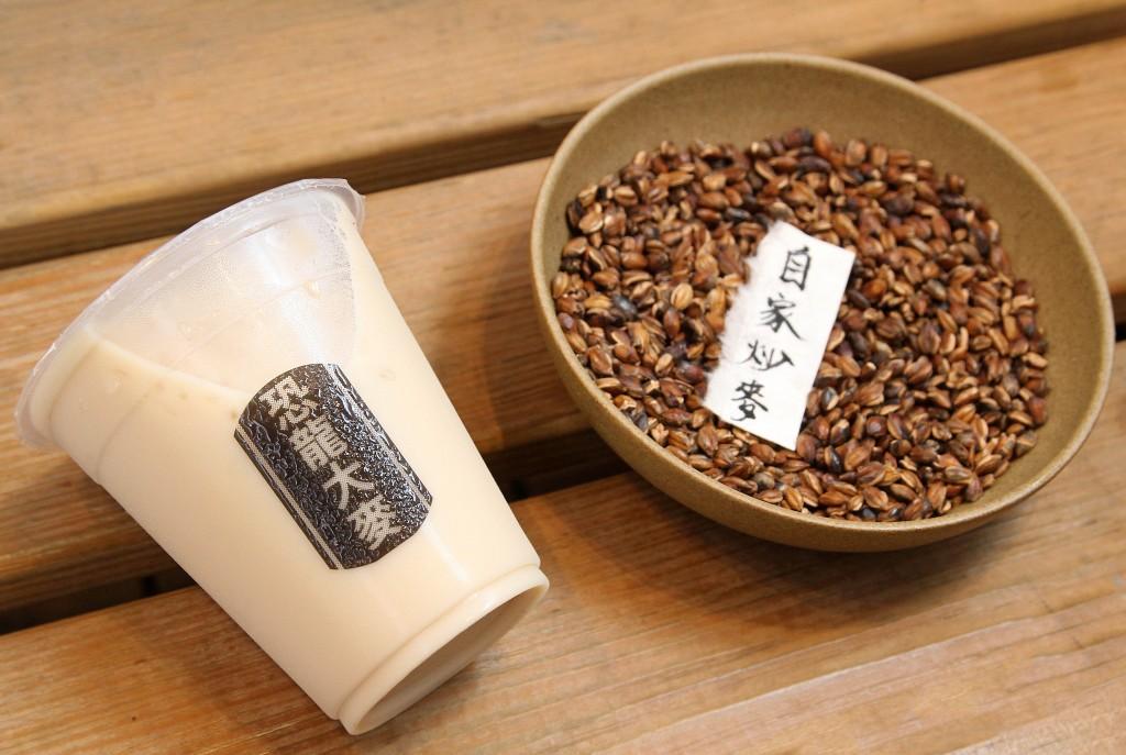 大麥鮮奶是由店家自炒的麥茶,加入鮮奶所製成。