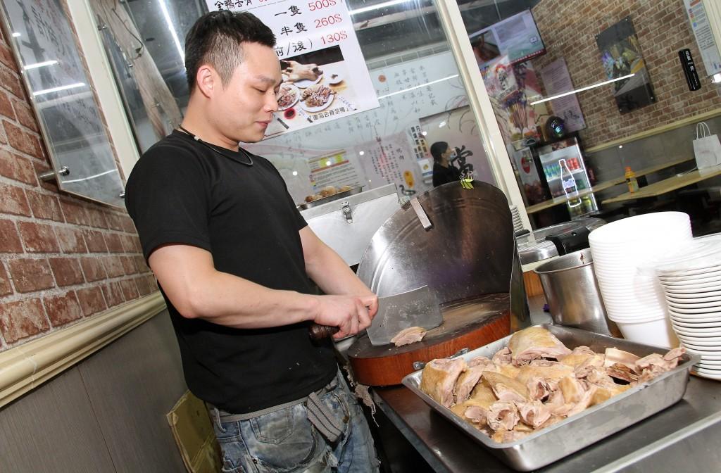 店內導入標準作業程序,讓員工製作餐點時,維持良好一致的品質。