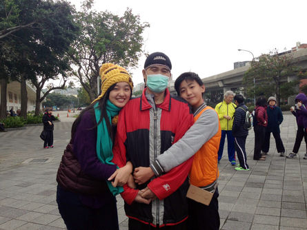 Ku Chin-shui (center) and his daughter (left) appears in a walking activity on January 1, 2016.