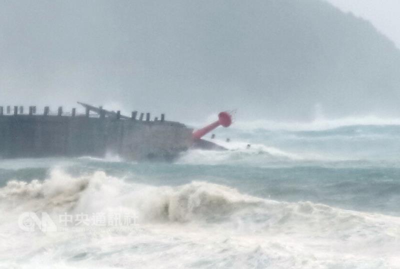 颱風莫蘭蒂造成台東3受傷3失聯 燈塔傾倒