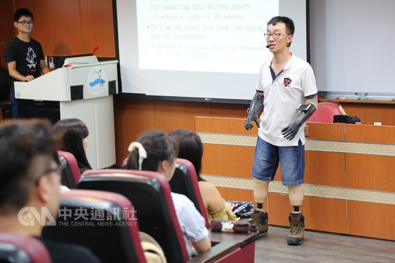Quadruple amputee goes back to teach at NSYSU