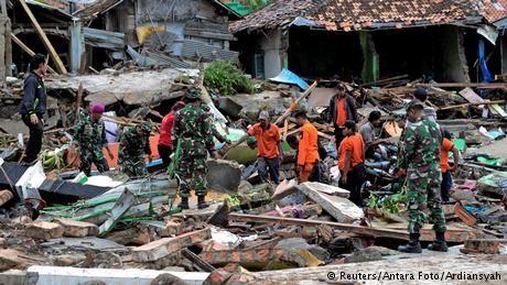 Indonesia tsunami rescuers search for victims amid debris
