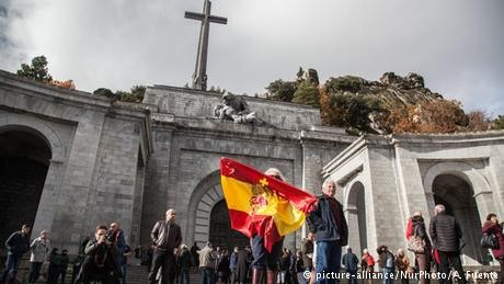 Spain orders Franco family to transfer dictator's remains