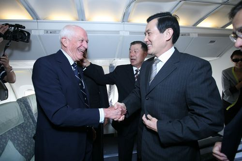 American Institute in Taiwan Chairman William Brown greets President Ma in San Francisco, California on Monday.