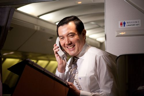 President Ma Ying-Jeou talks to reporters aboard the chartered flight on Monday.