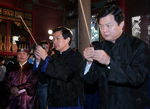 Taipei mayor Ma Ying-jeou, center, and Taipei County Magistrate Chou Hsi-wei, right, participate in the Tsang Chieh worship ceremony held at the Taipe...