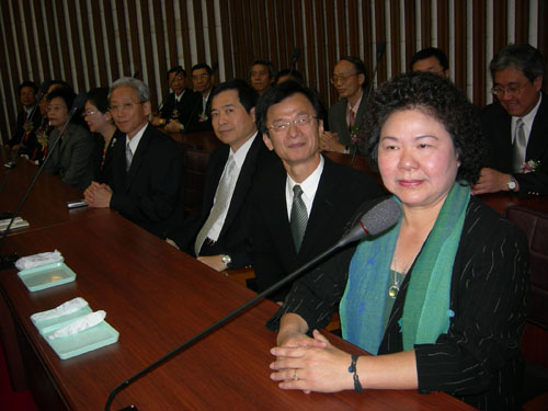 New Kaohsiung City Mayor Chen Chu, right, and municipal officials attend a ceremony for newly-elected Kaohsiung City Council speaker and vice-speaker ...