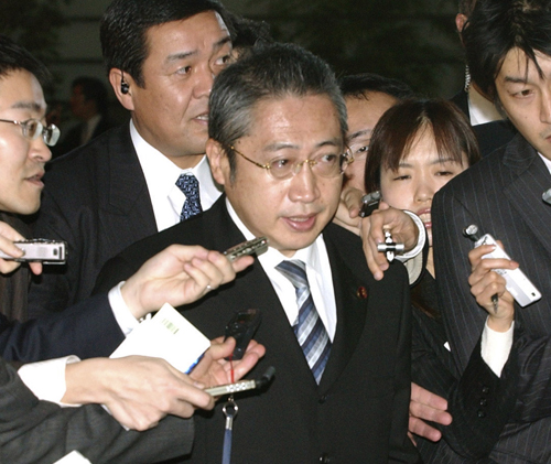 Cabinet Office Senior Vice-Minister Yoshimi Watanabe, center, arrives at Prime Minister Shinzo Abe's official residence in Tokyo yesterday.