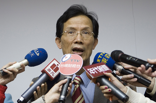 Lin Jen-hung, vice-general manager of Chunghwa Telecom Co. talks to reporters during a news conference at the company's headquarters in Taipei yesterd...