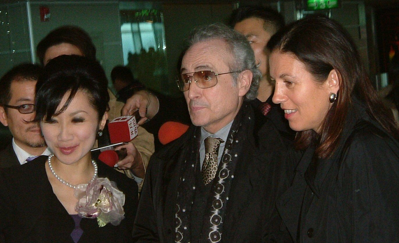 Spanish tenor Jose Carreras, center, makes a visit to Taipei 101 with his wife, right, yesterday. Diana Ming-hsun Chen, left, president of Taipei 101,...