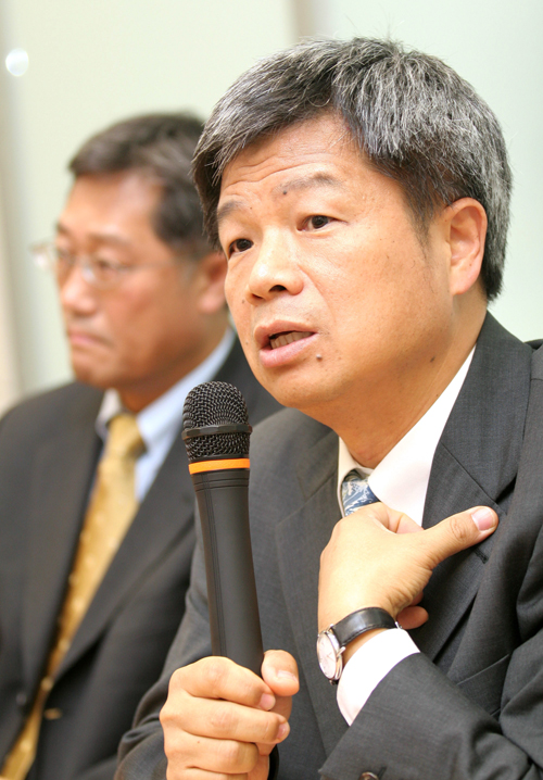 BenQ President Sheaffer Lee, foreground, speaks as he and BenQ President K.Y. Lee listen at a news conference in Taipei on September 28, 2006. BenQ Co...