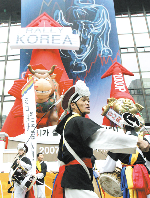 South Korean dancers in traditional costumes perform to celebrate  during the ceremony for the year 2007's first trading at the Korea Exchange in Seou...