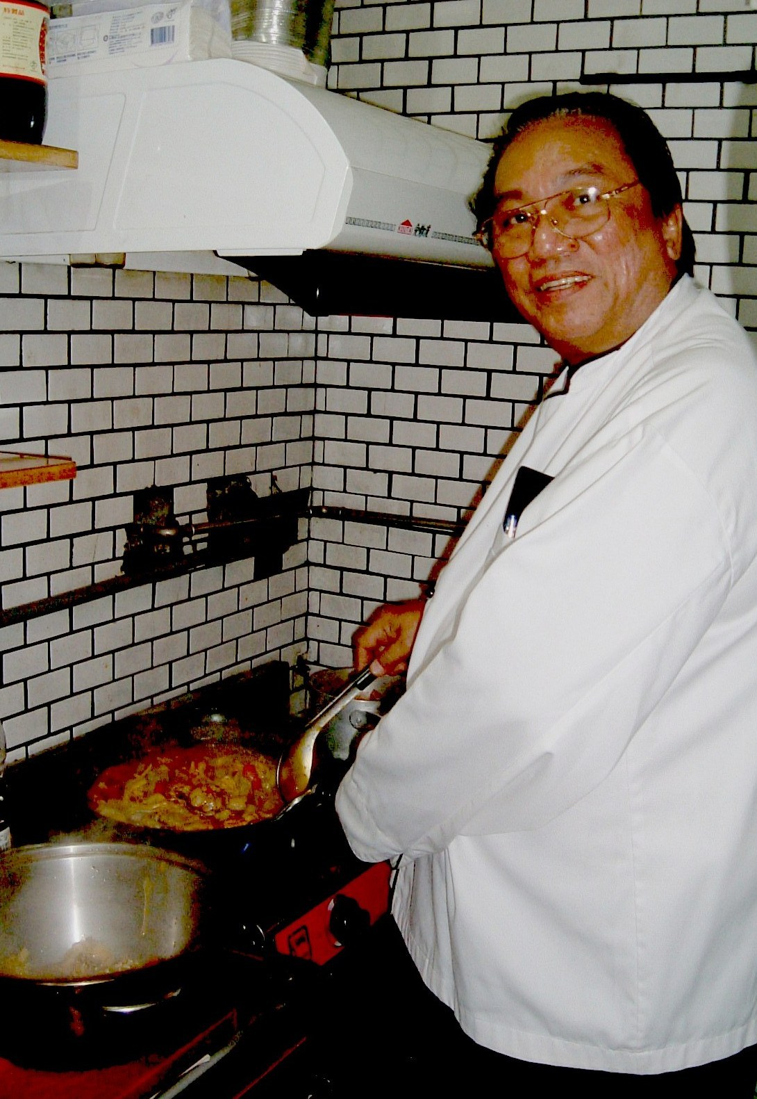 Adolfo Reyes demonstrates cooking of Filipino recipe in the kitchen of  The Vineyard (tel. 02-2834-5026).