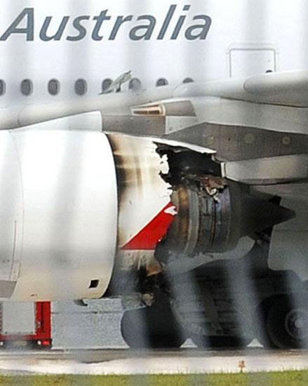 澳航A380客機機身可看見濃煙冒出,大批消防人員已通過6輛消防車展開滅火工作。 現場記者說,機身左側其中一個引擎已經不見了,周圍區域變成黑...