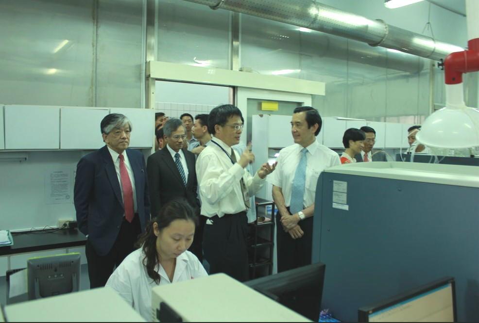 總統馬英九6/10日訪視義美食品檢驗室。