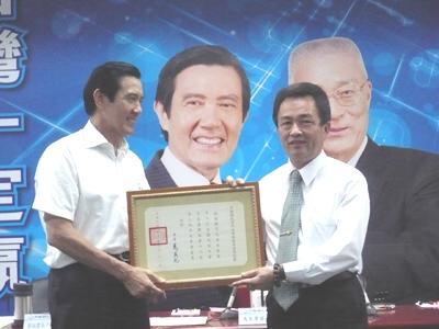 國民黨星期三中常會,主席馬英九頒發中常委當選證書,圖為中常委林滄敏。(記者邱水文攝影)