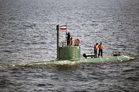 12月27号,伊朗海軍的一艘潜水艇在荷姆茲海峡軍演,並揚言發射導彈。(路透)
